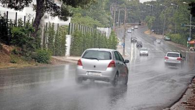 Cars-driving-on-wet-roads-jpg_20151223203312-159532