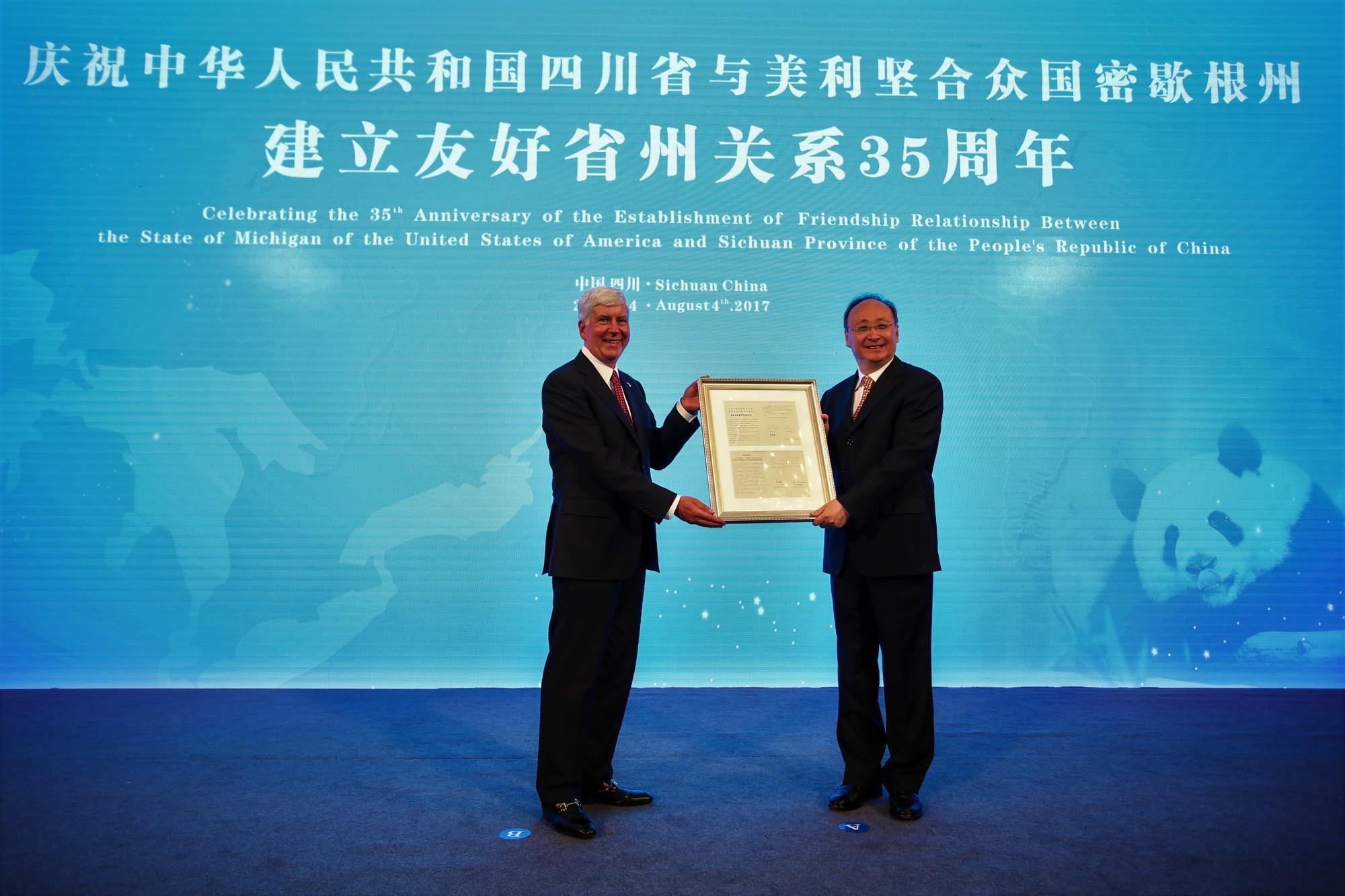governor-snyder-presenting-governor-yin-with-the-or_original_1501872162860.jpg