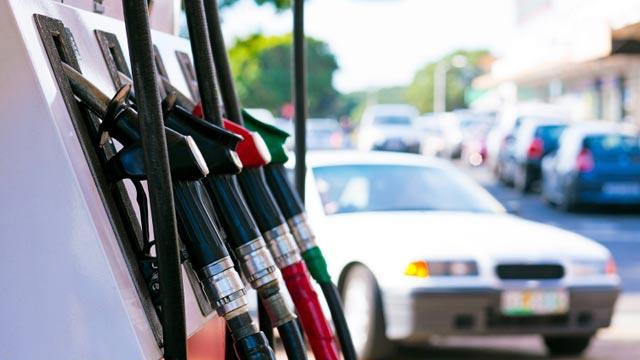 Car pulling up to gas pumps_8645439567200-159532