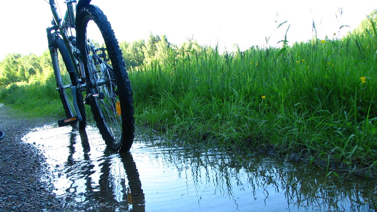 mountain bike in puddle69385836-159532